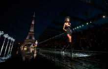 Новата колекция на Saint Laurent заблестя под градските светлини на Париж