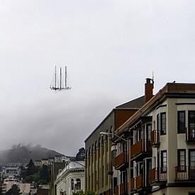 Летящият холандес? Всъщност това е върхът на кулата Сатър Тауър в Сан Франциско