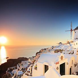 САНТОРИНИ, ГЪРЦИЯ Островът привлича туристите с приказна архитектура, чисто море, плажове в черно, бяло и червено и най-красивият залез на света.