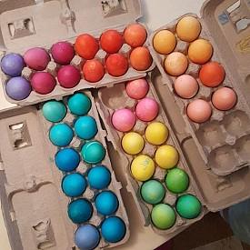 Сара Джесика Паркър е боядисала яйцата във всички цветове на дъгата