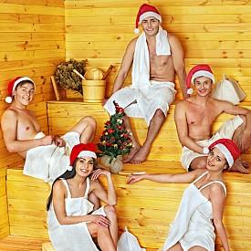 Финландия   Празнуването на Коледа за северния народ не започва със сядане около празнична трапеза, както е в повечето страни, а… с престой в сауната. Това е древна финландска традиция, която е толкова популярна, че на население от 5 млн. души се падат 1,5 млн. сауни. В град Ювяскюла дори беше открита първата сауна-бар в света.