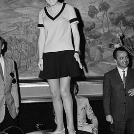 """Някои казват, че Мери Куант шокира цял Лондон през 1955 г., когато отваря магазина си за дрехи. Въпреки че, преди нея, Андре Куреж и Жан Варон също са показвали къси поли в колекциите си, Куант е тази, която популяризира минижупа в средата на шейсетте. Дизайнерката има предимството да бъде съвременничка на клиентите си и им предлага """"все по-къси и по-къси"""" поли."""