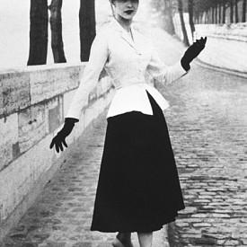 """Тейлър бар, Кристиан Диор, висша мода пролетно-лято 1947 г. """"Излязохме от периода на войната, на униформите, на жените-войници, които се носят като кутии ... Нарисувах жени-цветя - меки рамене, фина талия като на лиана и широки поли като венче"""", са думите на Кристиан Диор, който е вдъхновен от цветните форми. Този нов женствен образ е наречен """"New Look"""" от редактора на Harper's Bazaar Кармил Сноу. Първата колекция на Christian Dior бележи завръщането на строгия силует на пясъчния часовник. След години на военни действия в Европа, корсетите и екстравагантното използване на тъканите първоначално са посрещнати със съпротива. В Монмартър уличните продавачи атакуват облечените с Dior модели по време на фотосесия, а в Америка се появяват цели клубове против този """"New Look"""". Всичко това до следващата година, когато стилните жени на двата континента, не успяват да не се поддадат на очарованието DIOR."""