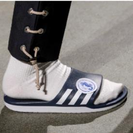 Белите чорапи с джапанки на ревютата в Париж, от немската марка 22/4