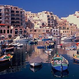 СЕЙНТ ДЖУЛИАНС, МАЛТА  Градът се намира на източния бряг на Малта и е популярен с нощния си живот. Крайбрежието съчетава пясъчни плажове и живописни скали. Забележителното в това бивше рибарско селище е латинската му архитектура.
