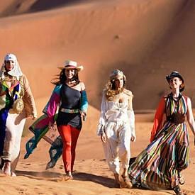 """Забавлението, модата, приятелството: """"Сексът и градът 2"""" ни ги припомня отново, когато Кари (Сара Джесика Паркър), Саманта (Ким Катрал), Шарлът (Кристин Дейвис) и Миранда (Синтия Никсън) се събират отново за едно лудно женско приключение. И то къде? В меката на лукса - Абу Даби. Райското кътче на земята е представено точно както изглежда - екзотично, мистериозно и много луксозно. Почитателите на този филм знаят много добре, че лентата е заснета не в Обединените Арабски Емирства, а в Мароко, но режисьорът Майкъл Патрик Кинг се е справил отлично и по нищо не личи, че в действителност лентата не е заснета в столицата на ОАЕ."""