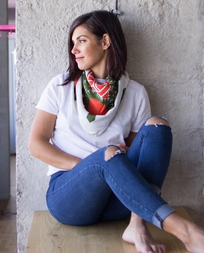 """""""Шевица"""" е популярен български бранд за шалове и аксесоари, върху които графичният дизайнер Гергана Станкова принтира елементи от автентични български шевици, пречупени през личното й усещане за композиция, цвят и ритъм."""
