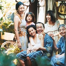 """""""Джебчии"""" разказва за семейство, което преживява като крадци на дребно. Въпреки обстоятелствата, които са ги принудили да връзват двата края на ръба на бедността, те приютяват едно малко момиченце, изоставено в студа. Всички са задружни и щастливи, ала непредвиден инцидент разкрива тайни, които поставят на изпитание връзките между членовете на семейството."""
