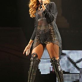 На сцената по време на изпълнение в Ню Йорк през 2013 г.