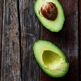 АВОКАДО Този плод е богат на витамин Е, който се отразява добре на ноктите, кожата и косата, а външният вид е важен компонент на сексуалността.