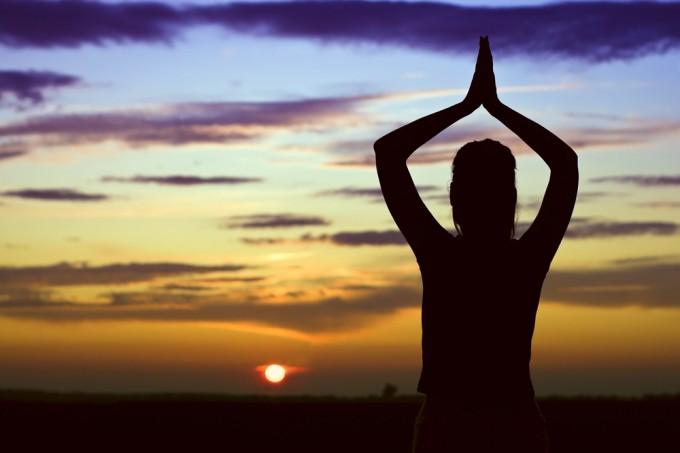 Загасете лампата.. и направете малко йога!