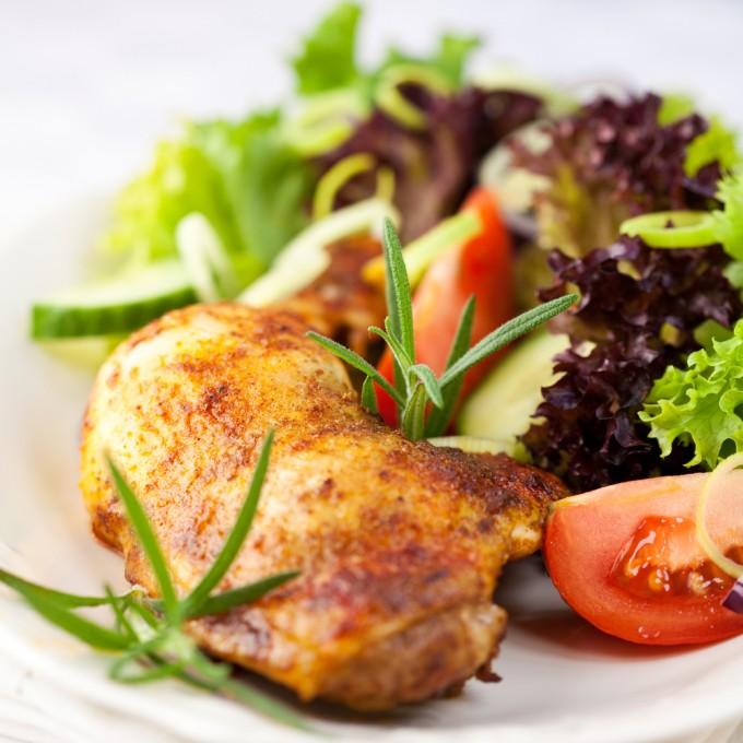 Печено пиле с подправки и зеленчуци