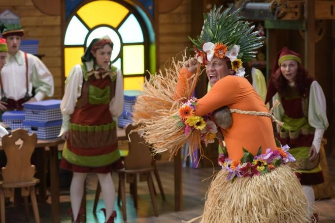 Актьорът пее и танцува в ролята на джуджето Работливко