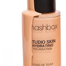 Не забравяйте да нанесете и фон дьо тен, за да прикриете следите на умора и отегчение от началото на работната седмица. Препоръчваме ви Studio Skin на SMASHBOX, който има матиращ ефект и е изключително издръжлив.