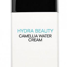 В Camellia Water Cream от серията Hydra Beauty на CHANEL екстрактът от камелия алба е комбиниран с дериват от хиалуронова киселина и син джинджифил, които хидратират кожата за 24 часа, правят я сияйна и я защитават от свободните радикали.