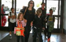 Анджелина и Брад с децата си