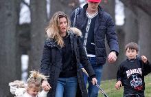 Жизел и Том с децата си