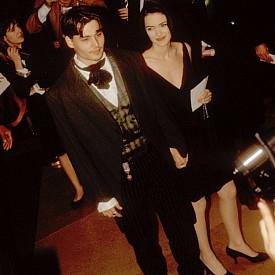 """Уинона Райдър Актрисата, която се влюбва в Джони на снимачната площадка на филма """"Едуард ножицата"""" определено е първата по-голяма любов на """"пирата"""". За да й докаже силните си чувства, Деп си татуира името й на ръката си - WINONA FOREVER. Голяма грешка, като се има предвид, че след 4-годишна връзка, през 1993 г. двамата се разделят. Тогава се налага и татусът да бъде преправен и вече се чете само WINO FOREVER."""
