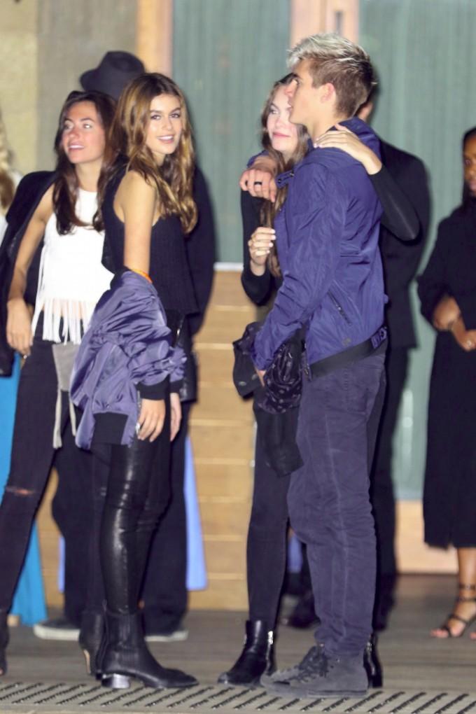 Пресли е прегърнал гаджето си, докато говори със сестра си Кая