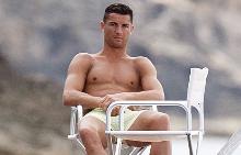 Кристиано Роналдо на луксозната си яхта в Ибиса