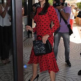 #1. Тя често избира десен на точки.  Моника не носи често дрехи с принтове, но твърде често носи рокля на точки – най-често в комбинация черно и червено.