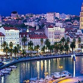 СПЛИТ, ХЪРВАТИЯ  Това е 2-ият по големина град в Хърватия и се намира на брега на Далмация. Тук са едни от най-красивите римски паметници – Дворецът на Диоклециан е обявен то ЮНЕСКО за световно културно наследство. Ако не историята, ще ви очарова Адриатическо море и средиземноморският дух на града.