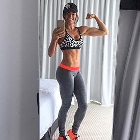 1. Emilyskyefit - Емили Скай е фитнес модел, която предлага 28-дневна програма, която изчиства мазнините и подготвя тялото за банските. Помислила е както за месоядните, така и за вегетарианците и веганите.