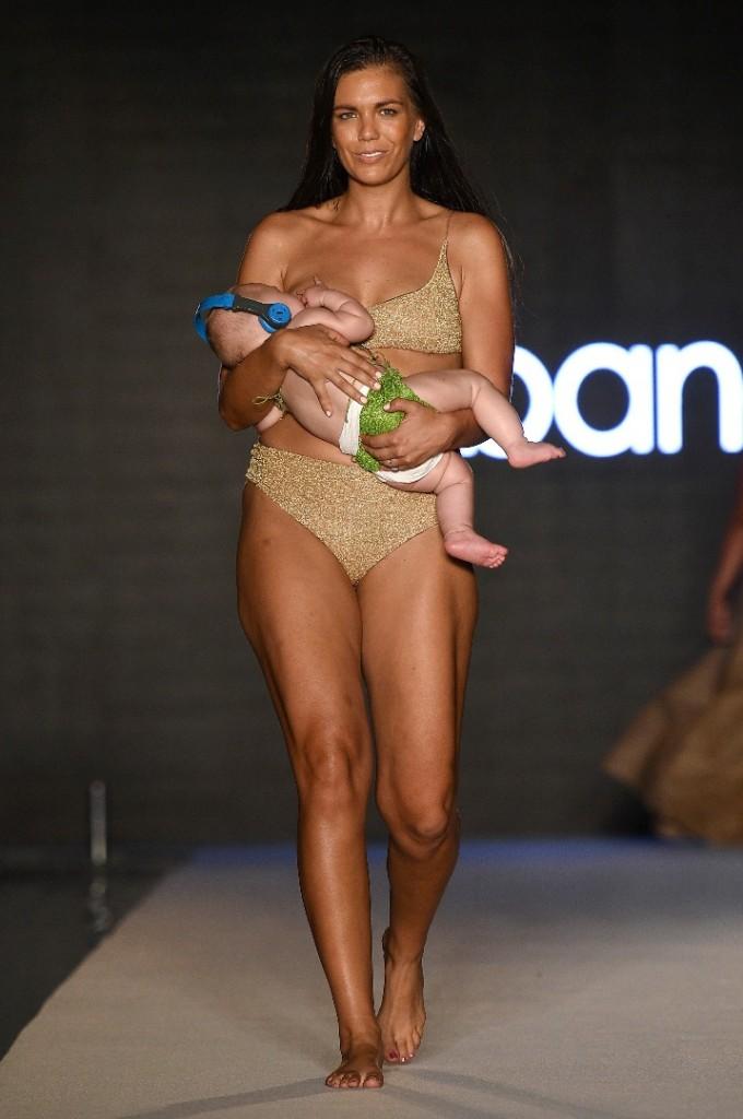 Mоделът Мара Мартин и нейната рожба
