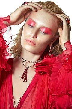 Розовата теорема - розовото върху очите ни е правопропорционално на настроението. Топ IRIS SERBAN, колие KIR COLLECTION, обеци ANABELA CHAN, пръстени ANABELA CHAN и LILOU