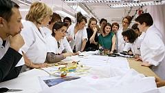 Шивачите в ателието на Dior разглеждат първата скица на Раф Симънс