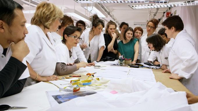 Шивачите в ателието на Dior разглеждат първата скица на...