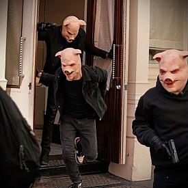 """Трите прасенца в """"Разкажи ми приказка"""" са въоръжена банда крадци на бижута, които планират поредния си обир."""