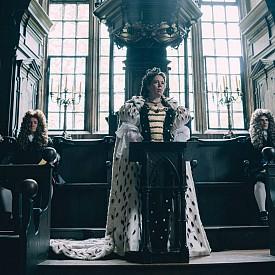 """Един от номинираните за """"Оскар"""" филми, """"Фаворитката"""", на режисьора Йоргос Лантимос разказва за кралицата на Англия, Анна Стюард, която е напълно неспособна да управлява и реално страната се ръководи от близката й приятелка и довереница – херцогинята на Марлборо лейди Сара Чърчил. Докато не се появява амбициозната прислужница с аристократичен произход, Абигейл, която с хитрост се опитва да стане новата фаворитка на кралицата. И успява! В образа на Анна Стюард влиза Оливия Колман, която вече беше отличена за """"Най-добра актриса в комедия или мюзикъл"""" на наградите """"Златен глобус"""". Сара Чърчил пък е Рейчъл Уайз, а Абигейл е Ема Стоун, като и двете също правят страхотни роли."""