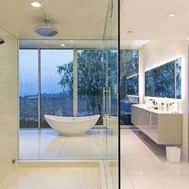 Фаръл Уилямс   В дома си в Лос Анжелис Фаръл се радва на изумителна гледка от банята си.