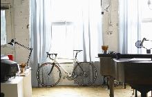Декорация с колело у дома е винаги добра идея.