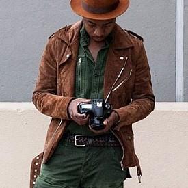 TREVOR STUURMAN (@TREVOR_STUURMAN) / АБОНАТИ: 57.5 ХИЛЯДИ / Елегантен и едновременно взривоопасно позитивен – такъв е стилът на южноафриканския блогър-фотограф. Тревор доказа, че на африканския континент също може да има моден живот и дори елит. Неговият Instagram винаги е пъкен с цветни снимки, на които е самият той, но и животът в Африка е в кадър често.