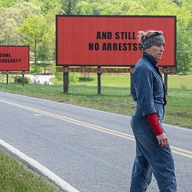 """""""Три билборда извън града"""" – действието в номинирания за Оскар филм се развива в измисленото градче Ебинг, Милдер Хейс използва три билборда, за да изпрати съобщение на шефа на местната полиция, след като месеци наред няма никакво развитие по убийството на дъщеря й. Което е началото на война."""