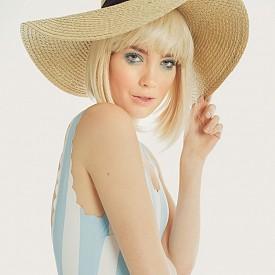 60-те, когато се модната сцена ражда супермоделът Тиуги, с която започва една нова ера в най-капризната индустрия. / Бански и шапка H&M