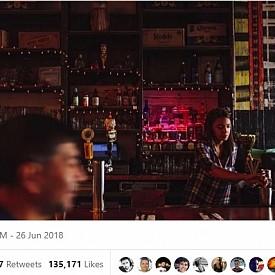 Политическият репортер Джеф Щайн поства в Twitter профила си снимка на Александрия като барман през 2017-а