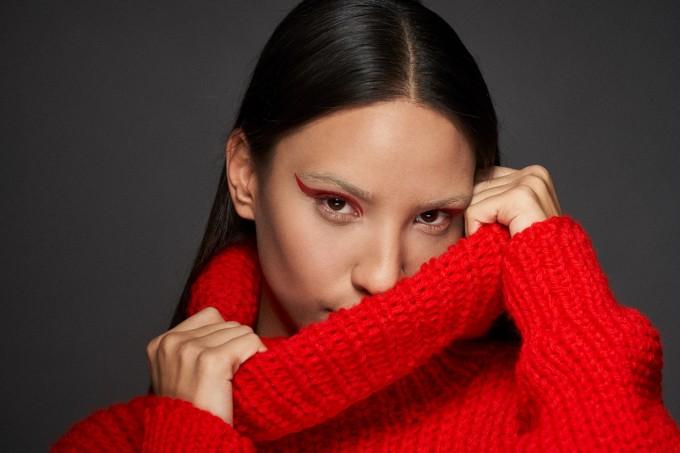 Аурата облечена в пуловер