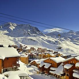 Вал Торенс бе обявен за най-добрия ски курорт за 2016 година. Той е и най-високият ски курорт в Европа, намира се на 2300 м. надморска височина и предлага на любителите на зимните спортове повече от 600 км писти. Френският курорт е един от най-новите и бързо развиващи се световни ски курорти, който съчетава едни от най-добрите писти и чудесни условия за нощен живот. Тук всеки може да намери нещо, което би му подсигурило уникално преживяване. Изграден в чист планински стил, Вал Торенс дава на гостите си възможност да преоткрият насладата от най-добрата възможна почивка. Вал Торенс е типично алпийско ваканционно селище, където няма да срещнете автомобили и ще се забавлявате със ските или без тях.
