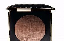 Матираща и бронзираща пудра Bronzer in Java Sun на Estee Lauder от колекцията на Victoria Beckham. Може да бъде използвана върху цялото лице за целуната от слънцето визия или да се носи под скулите за контуриране и подчертаване.