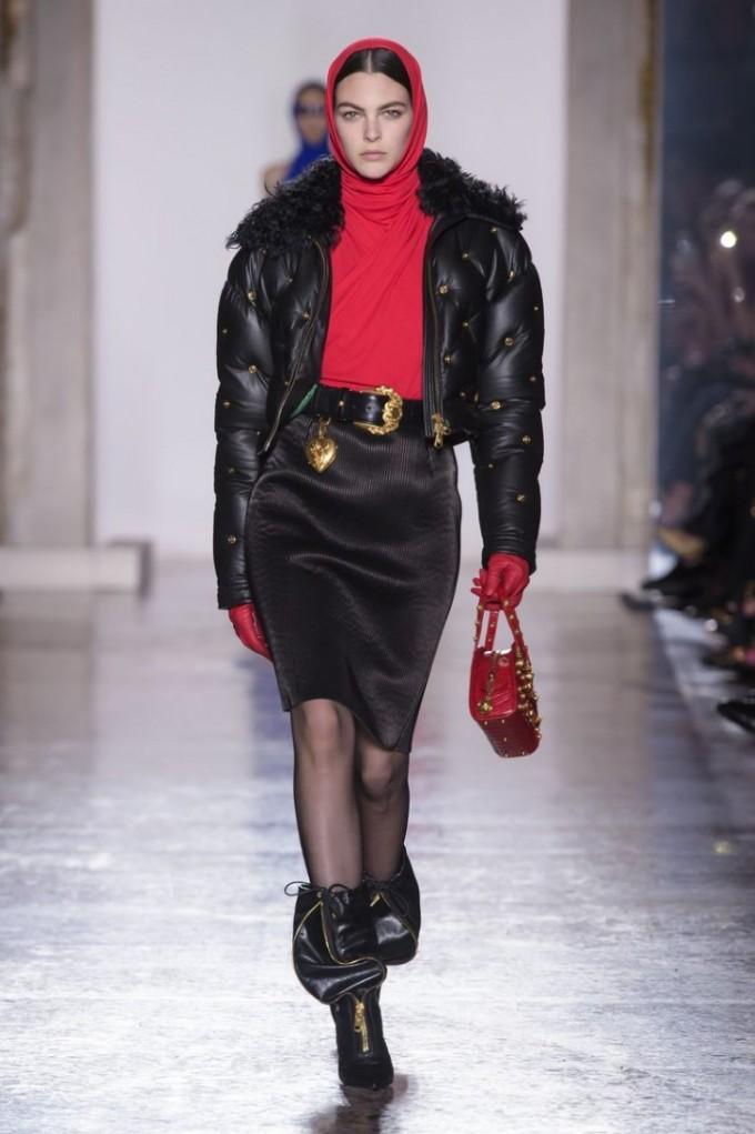 Яке от естествена кожа присъства в колекцията есен-зима 2018 на Versace