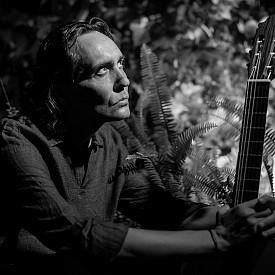 """На 6 февруари Винсенте Амиго, по-известен като Краля на фламенкото, ще представи отложения си през септември концерт-спектакъл """"Сърцето на Андалусия"""" в Зала 1 на НДК. Очаква ви вълшебна лирична приказка за екзотичния дух на южната земя на Пиренеите, разказана с китарата на големия музикант."""