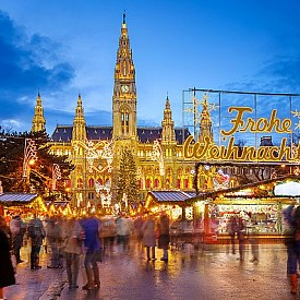 Виена, Австрия  Сторовиенският Коледен базар се провежда всяка година на историческия площад пред Шотландското абатство. Наред с най-голямата коледна ясла в Австрия,този базар е известен и с висококачествените занаятчийски изделия, които се предлагат там. Виенският Коледен базар се провежда от 1987 година и е замислен като противовес на комерсиалните Коледни базари.