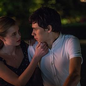 """""""Всеки ден"""" – 16-годишната Райън се влюбва в А – мистериозен дух, който всеки ден обитава различно тяло. Те се търсят всеки ден, но в един момент трябва да направят най-важния избор в живота си."""