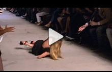Кандис Суейнпол падна на подиума в Ню Йорк по време на ревюто на Givenchy SS16