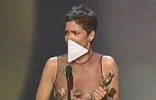 Хали Бери печели Оскар през 2002 г.