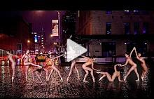 Голи балерини по улиците на града