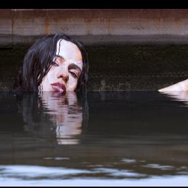Момичета плуват във водата